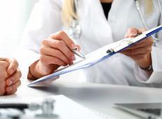 Arts toont patiënt een document