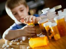 Jongetje met medicijnen