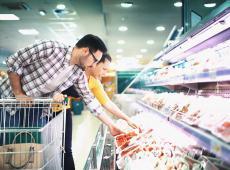 Consument koopt vlees in de supermarkt